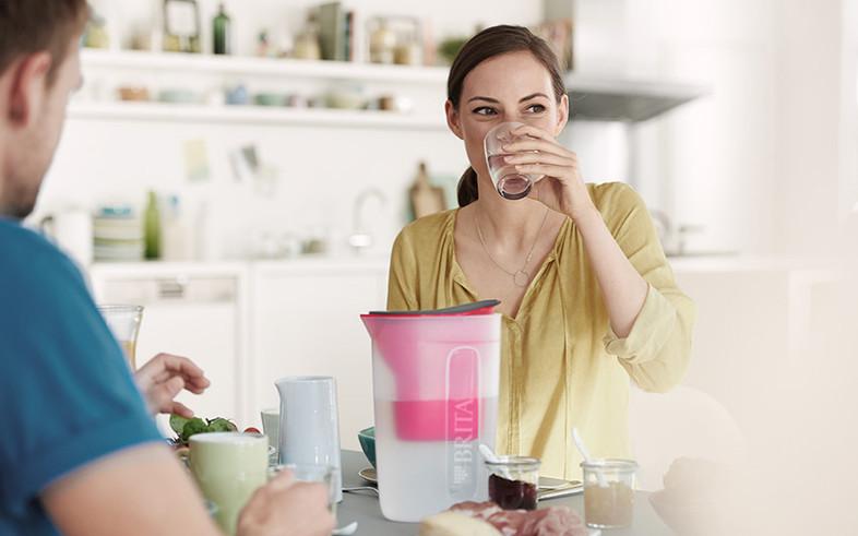 ブリタの水を飲む女性