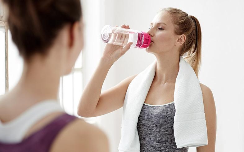 ブリタのボトルで水を飲む女性