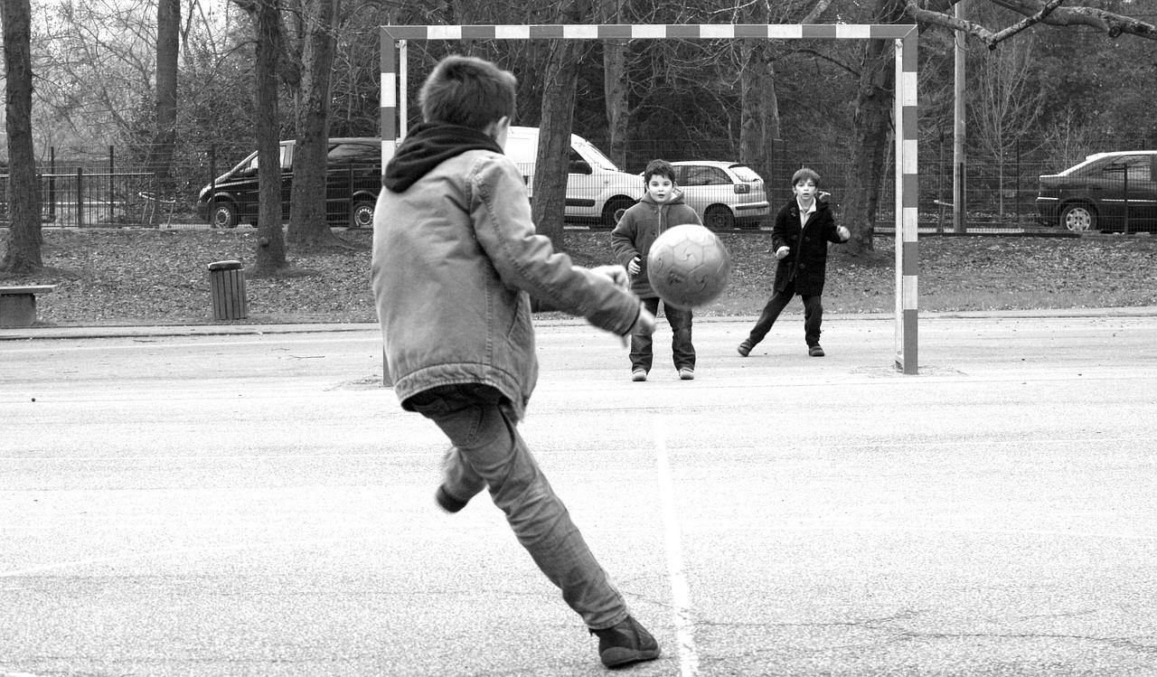 フットサルボールをシュートするこども