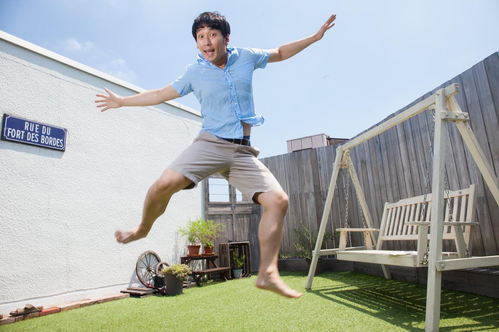 ショートパンツでジャンプする男性