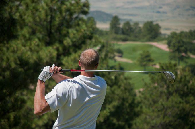 ポロシャツでゴルフをする男性