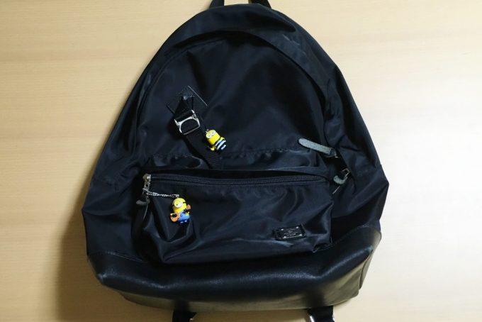 ミニオンのストラップを2つ付けたバッグ