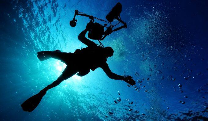 海に潜っていくダイバー