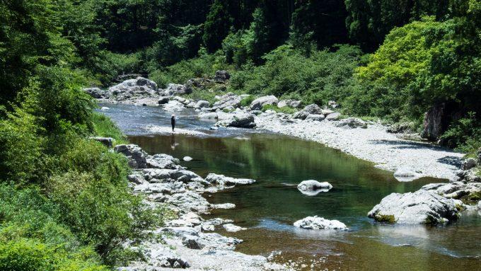 川で釣りをする男性