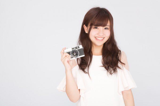 カメラを持つ女子