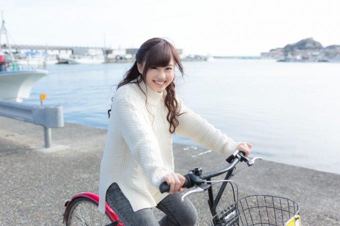 自転車に乗る女子