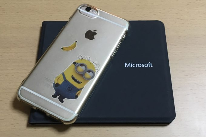 マイクロソフトのUniversal Foldable Keyboard 折りたたみ状態 iPhoneとサイズ比較