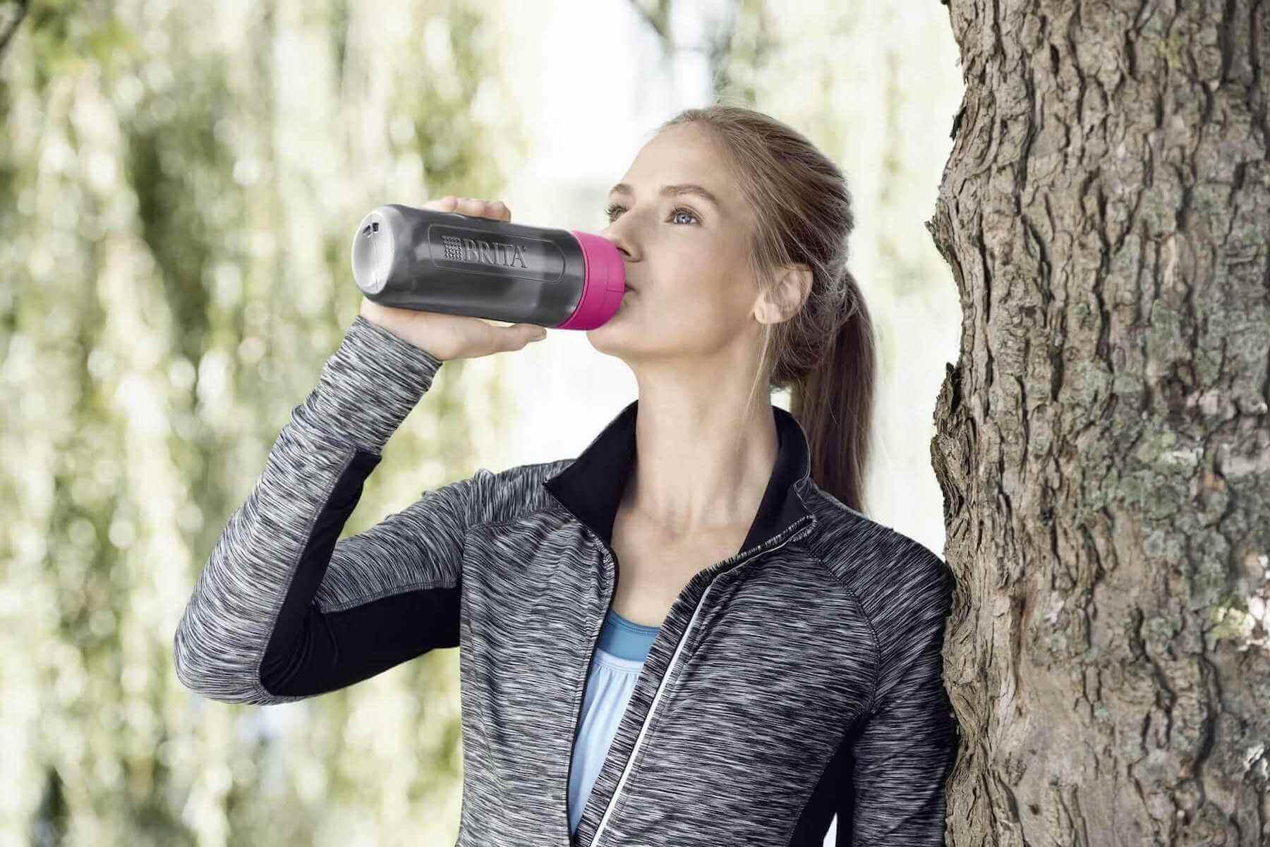 外でBRITA fill&go Activeで水を飲む女性