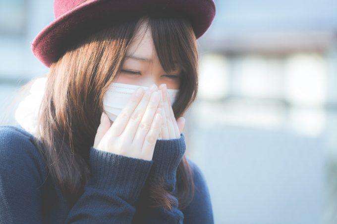 マスクをする花粉症女子