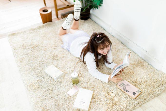 本を読みながらスムージーを飲む女子
