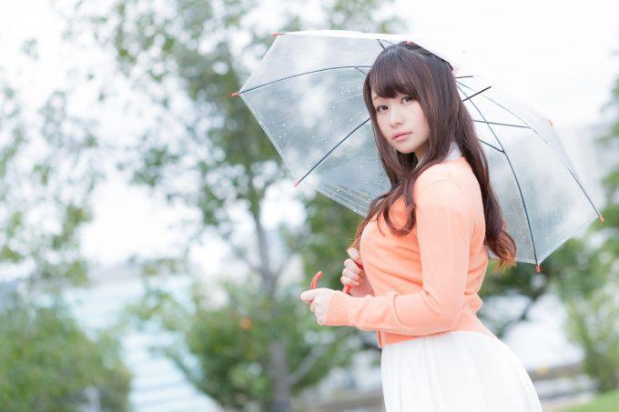 傘をさす女子