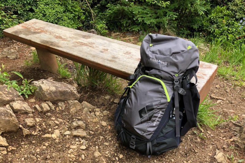 登山時のモンベル「チャチャパック」とベンチ